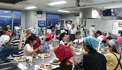 本紙関西支社ふれあいクッキング局、料理教室で料理と花火楽しむ