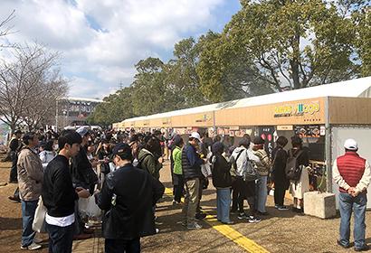 多くの客でにぎわう宮崎市のホークスキャンプ