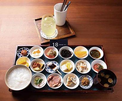 18品の朝ごはん 1,944円(税込み)日本茶付き。おかゆのお代わり自由。シンプルな惣菜とおかゆをしっとりと楽しめる