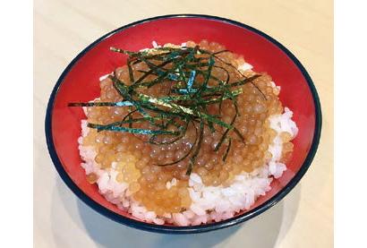 名代富士そば三光町店で限定販売されている「ミニいくら風タピオカ漬け丼」(単品320円、そばとのセット560円・各税込み)。