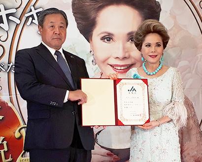 田波俊明会長(左)とデヴィ夫人