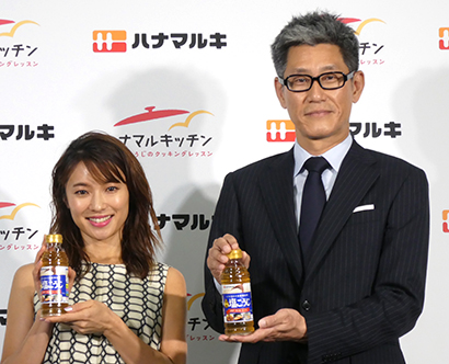 5日に発表会を開催、内山理名(左)考案のレシピが各メディアで伝えられた(右は平田伸行ハナマルキ取締役)