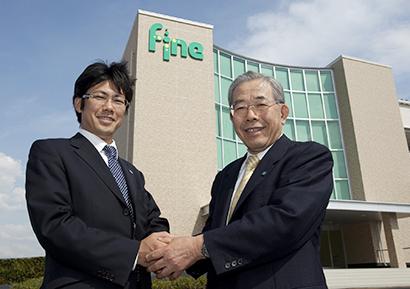 西村圭司社長(左)、西村正彦会長