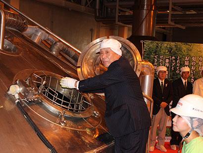 キリンビール仙台工場、「一番搾りとれたてホップ生ビール」の生ホップ仕込み式