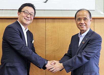 八馬史尚社長(左)と大森雅夫市長