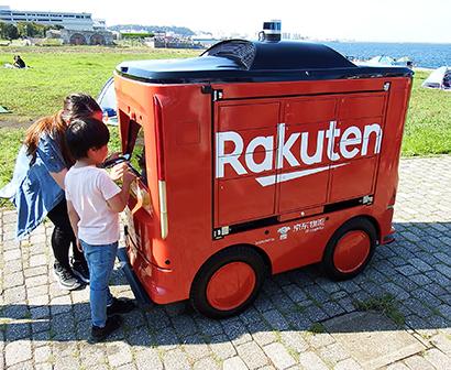 西友と楽天、ロボットで無人配送 一般客向けで国内初