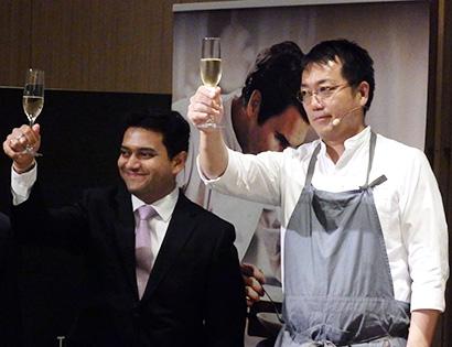 乾杯をするニックヒル・グプテ社長(左)と徳吉洋二シェフ