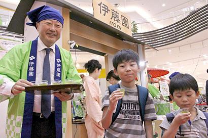 伊藤園、「わくわく大茶会」で日本茶の魅力訴求 本庄社長も振る舞う