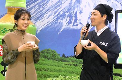 ほうじ茶を楽しむ、松本穂香(左)と吉田達也ブランドマネージャー