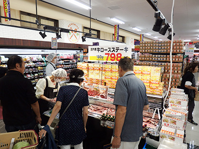 オープニング恒例のステーキ肉の試食販売