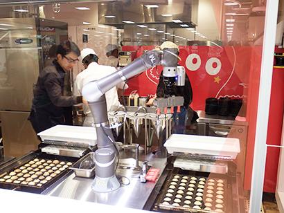 たこ焼きロボットで人手不足解消だけでなく、ライブ感で来店客を楽しませる