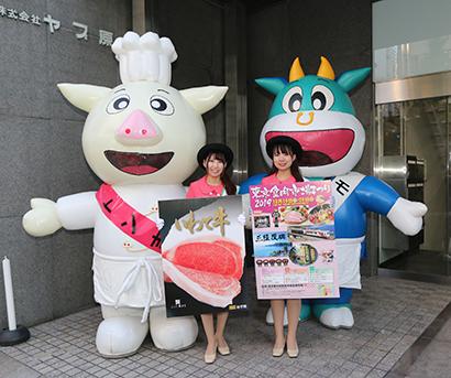 上京に合わせて日本食糧新聞社を訪問したいわて純情むすめの菊池彩女さん(前列左)と千葉唯愛さん。後列は一緒に記念撮影した東京食肉市場のキャラクタートン吉(左)とモウ太