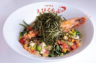 冷やしえび中華 900円(税込み)具材はトマト、コーン、枝豆、青シソ、長ネギ、鶏むね肉。独特のおいしさで、夏季は2~3割のお客が注文するという(夏季限定メニュー)