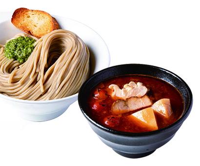 海老トマトつけ麺 950円(税込み)豚骨と鶏を炊いたスープにトマトソースを加えた爽やかな後口