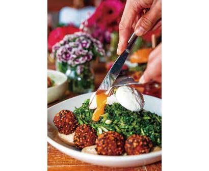 「グリーン・ゴッデス・ボウル」(23$90¢)ヒヨコ豆、フラックス・シードとごまのフリッターに、グリーン野菜、アボカド、ポーチド・エッグを添えている