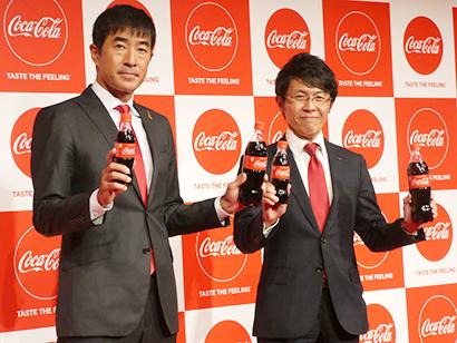 和佐高志日本コカ・コーラチーフ・マーケティング・オフィサー(左)と佐藤一仁コカ・コーラボトラーズジャパン理事東京営業本部長
