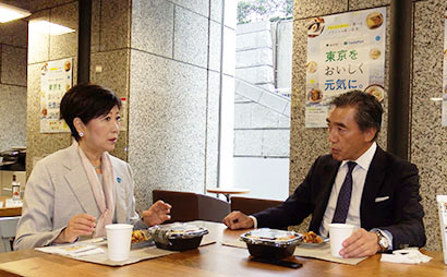 ビビンバ丼を試食しながら意見交換する小池百合子都知事(左)と澤田貴司ファミリーマート社長