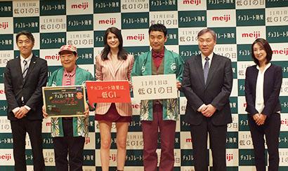 右から湯浅愛氏、佐々木敬代表幹事、肥後克広、マギー、上島竜兵、萩原秀和部長