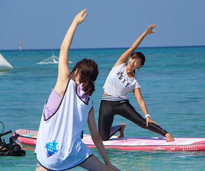 田中律子理事長の指導の下、海上で行われたSUPヨガ体験