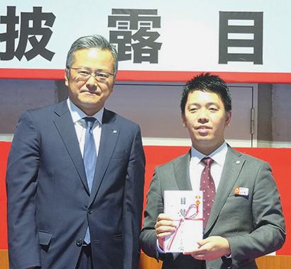 金田陽介社長(右)に関東ニッカネ会を代表し高橋健二氏が記念品を贈呈