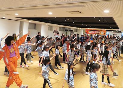 Girls2のメンバーが小学生を指導したダンス教室