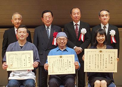 喜びを表すジビエ料理コンテストの受賞者ら
