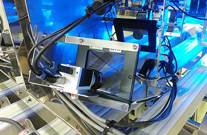 導入した最終製品検査システム。2台のカメラで検査しNG品をエアで飛ばす