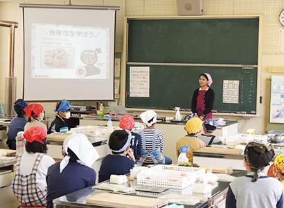 あじかん、小学校で「出張巻寿司教室」開催 独自の食育活動を推進