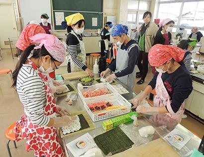 「巻寿司」を作る調理実習も行われた