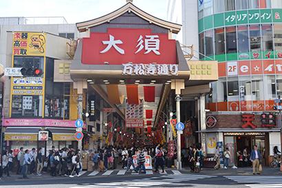 訪日外国人も多く訪れる人気スポットとして知られる大須商店街。清掃活動には商店街が一丸となって取り組んでいる