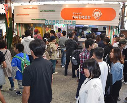 「李さんの台湾名物屋台」では、増税および軽減税率の導入とともに店頭の飲食スペースを撤去した