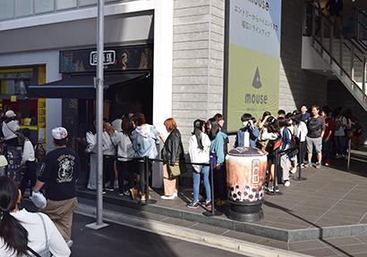 人気タピオカドリンク専門店前には若年層を中心とした長蛇の列ができる