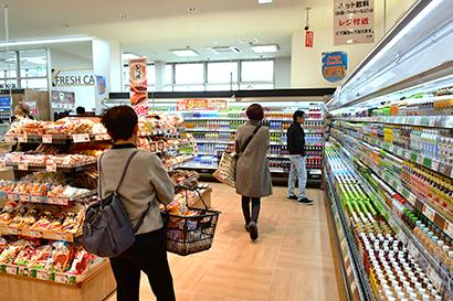 ドラッグストアの脅威は「飲料」と「冷凍食品」と考え、飲料をあえて強調展開。価格訴求で真っ向勝負する