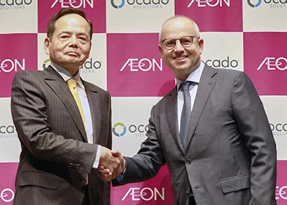 11月29日に東京都内で会見したイオンの岡田元也社長(左)とオカドのティム・スタイナーCEO
