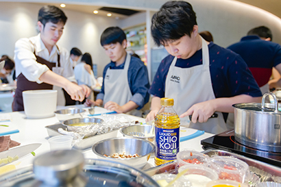 ハナマルキ、タイで料理教室開く 「液体塩こうじ」を初体験