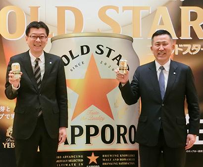 自信作の「ゴールドスター」を手に高島英也社長(右)と野瀬裕之営業本部長