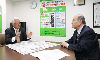インタビューする今野正義代表取締役会長CEO(右)