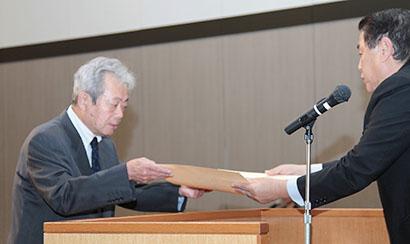 農林水産大臣賞の賞状を受け取るおびなたの大日方大治社長(左)