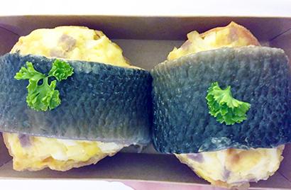 会場で目を引いていた、卵サラダパンを焼魚で巻いた惣菜