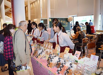緑茶特集:世界お茶まつり2019秋の祭典 地元高校生の運営店舗に注目