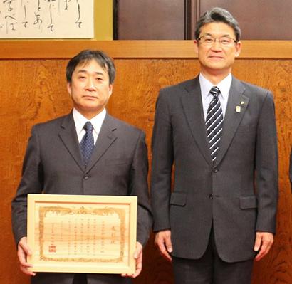 河野俊嗣宮崎県知事(右)と井上武夫社長