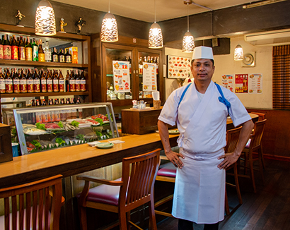 日本料理店「さんや」を経営する料理人兼オーナーのサンヤさん=バンコク・プロンポンで小堀晋一が19年12月19日写す