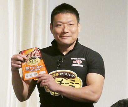 「スチーミー」を手にする味の素食品事業本部の青貫浩之氏、コーチも務めるラガーマンがマーケティングする