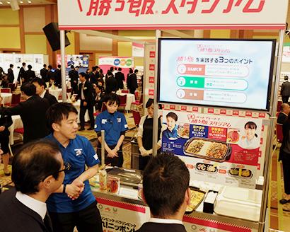 9日の東京支社商談会で来場者に取組みを説明する味の素社の担当者