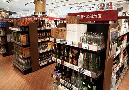 酒売場では泡盛の品揃えが豊富で、地区ごとに商品を集めて売場を展開