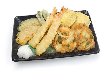 「湯煎でさっくり天ぷら」「湯煎でさっくりかき揚げ 野菜」「湯煎でさっくりフライ 白身魚」は、各5食入りの真空パック/冷凍