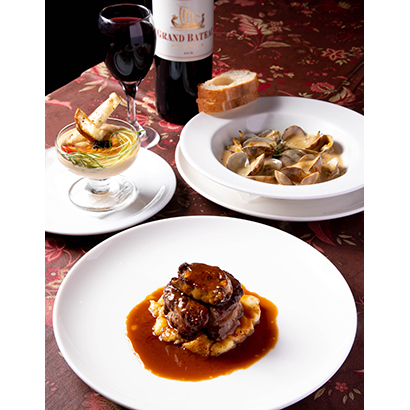 (左奥)ウニのムース 800円(税込み)、(右奥)あさりのワイン蒸し 800円(税込み)、(手前)牛フィレのステーキフォアグラのせ 1,650円(税込み)