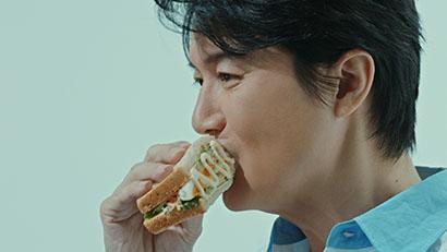 キユーピー、「キユーピーハーフ」新TVCM放映 福山雅治が片手で食べるサラダ