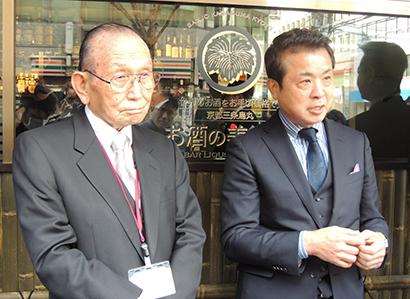 目黒俊治ポプラ会長兼社長(左)と滝下信夫のぶちゃんマン社長