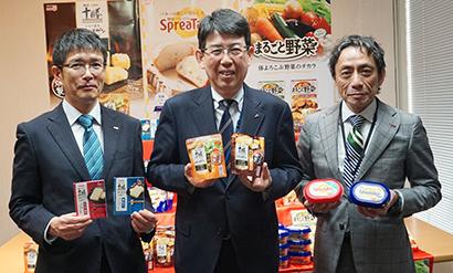 (左から)太田勇二マーケティング本部チーズマーケティング部部長、童子秀己常務執行役員マーケティング本部長、山田裕弘マーケティング本部食品マーケティング部部長